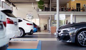 Ein Bildausschnitt einer Präsentationsfläche eines zweistöckigen Autohauses, auf dem fünf Autos zu sehen sind.